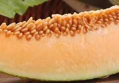 哈密瓜真的具备养颜功效吗?哈密瓜食用过程中需要注意哪些禁忌