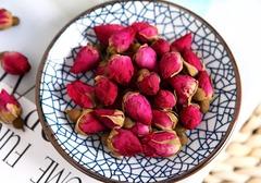 新鲜玫瑰花酒的做法,配什么酒味道最好,玫瑰花酿酒对女人有哪些好处